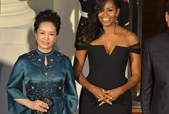 """So sánh """"gu"""" thời trang phu nhân Bành Lệ Viện và Michelle Obama"""