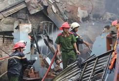 Cứu mẹ con sản phụ thoát khỏi vụ cháy thiêu rụi 3 căn nhà