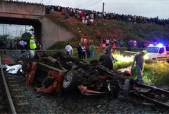 Xe buýt đâm xe lửa, 15 người thiệt mạng