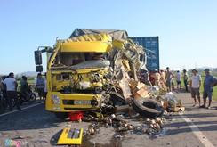 Kinh hoàng xe tải đâm xe container