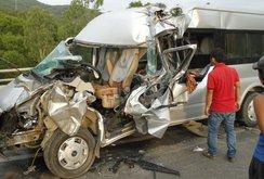 Xe du lịch đâm đuôi xe tải, 1 người chết, 8 người bị thương