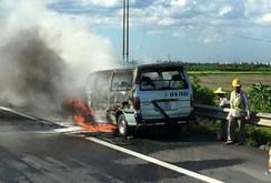 Ô tô 16 chỗ bốc cháy dữ dội trên cao tốc Pháp Vân - Cầu Giẽ