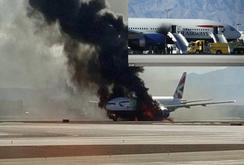 Máy bay Boeing 777 chở 172 người bốc cháy dữ dội trên đường băng