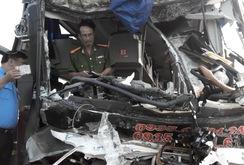 Xe khách giường nằm tông xe chở gỗ, 9 người cấp cứu