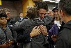 Tân Thủ tướng Canada tới ga tàu ôm hôn mọi người