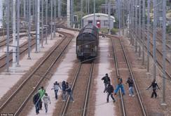 Người di cư vượt đường hầm eo biển Manche trốn qua Anh
