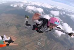 Clip: Cha bất chấp nguy hiểm, nhảy dù, cứu con giữa không trung