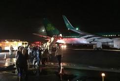 Càng hạ cánh bốc khói, máy bay chở hơn 100 người hạ cánh khẩn cấp