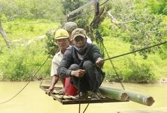 Gia Lai: Liều mình đu cáp treo qua suối
