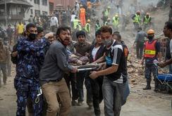 Clip trận động đất 7,4 độ Richter, ít nhất 100 người chết ở Nepal