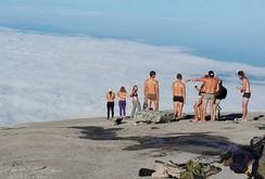 Malaysia bắt nữ du khách khỏa thân chụp ảnh trên núi thiêng