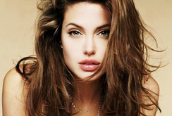 Angelina Jolie cắt bỏ buồng trứng vì sợ ung thư
