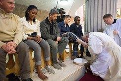 Giáo hoàng rửa và hôn chân tù nhân, có cả phụ nữ