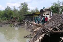 Sạt lở 4 căn nhà ven sông, người dân hoảng loạn