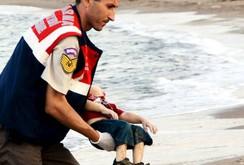 Tranh cãi về cái chết thảm của cậu bé Syria trên bờ biển Thổ Nhĩ Kỳ