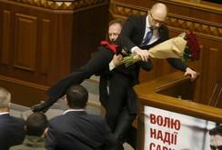 Clip ẩu đả dữ dội tại Quốc hội Ukraine