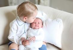 Hoàng gia Anh công bố ảnh đầu tiên về công chúa  Charlotte cùng hoàng tử George