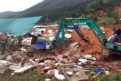 Lở núi chôn vùi 10 căn nhà ở Nha Trang, ít nhất 2 người chết
