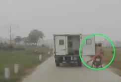 Clip: Xe tải quên đóng cửa sau đập người đi xe máy văng xuống ruộng