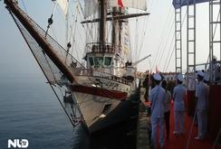 Thượng cờ trên tàu buồm quân sự hiện đại nhất thế giới