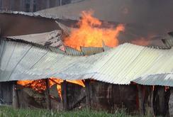Cháy xưởng gỗ, nguy cơ lan sang nhà dân