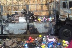 Clip: Tài xế bật khóc khi xe tải cùng hàng hóa bị cháy, người dân vẫn hôi của
