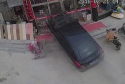 """Video xe """"điên"""" đâm nát nhà hàng đông người"""