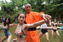 Bản tin đặc biệt cuối tuần ngày 25-6: Sư Thiếu Lâm Tự dạy võ cho các cô gái trẻ đẹp mặc bikini