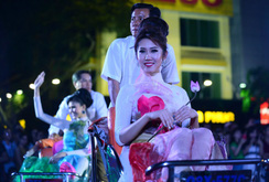 Ghi nhanh: Đêm áo dài rực rỡ trên phố đi bộ Nguyễn Huệ