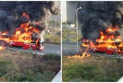 Hà Nội: Xe khách bốc cháy dữ dội trên đại lộ Thăng Long
