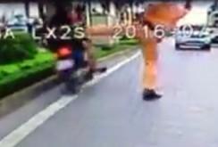 """Clip: Đình chỉ cảnh sát giao thông """"giơ chân"""" làm người vi phạm ngã nhào"""