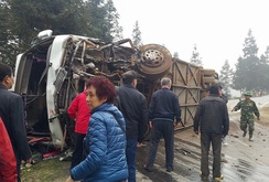 Xe khách đâm xe tải, 5 người thương vong
