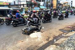 TP HCM: Hai nữ sinh viên bị tạt a xít giữa đường phố
