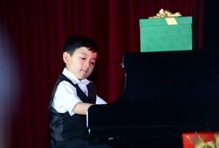 Ghi nhanh: Thần đồng piano gốc Việt Evan Le lần đầu về Việt Nam biểu diễn