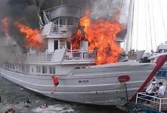 Cháy tàu du lịch 4 sao, khách du lịch phải nhảy xuống biển Tuần Châu