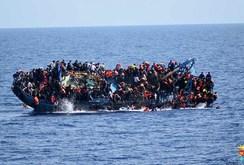 Video: Kinh hoàng cảnh Hải quân Ý cứu tàu chở hơn 560 người di cư bị lật úp