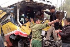 Xe buýt đối đầu xe tải, 9 người thương vong