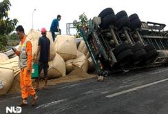 Lật xe container, hàng tấn cà phê đổ tràn trên đường cao tốc
