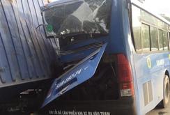 Kinh hoàng  container lật đè xe buýt và xe máy