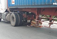 Xe đầu kéo cuốn xe máy vào gầm, 1 người chết tại chỗ