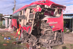 Bản tin NLĐ ngày 19-7: Tai nạn thảm khốc: Ba xe khách giường nằm tông nhau