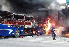 Xe khách cháy trơ khung sau khi tông trực diện xe đầu kéo