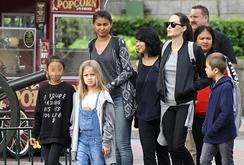 Mẹ con Angelina Jolie vui chơi ở Disneyland