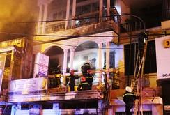 Giải cứu 7 người mắc kẹt trong đám cháy lớn lúc nửa đêm