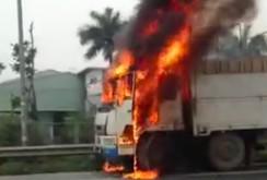 Clip: Xe tải cháy ngùn ngụt trên đại lộ Thăng Long