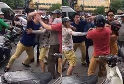 Khởi tố vụ án, tạm giam 2 thanh niên đánh người nước ngoài giữa phố