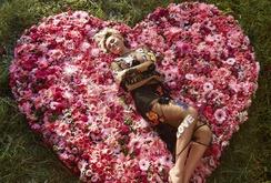 Bản tin đặc biệt cuối tuần 15-7: Ngắm ca sĩ Miley Cyrus dịu dàng và nữ tính