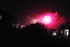 Dân tự phát đốt pháo tại Lao Bảo