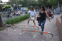 Phóng sự: Ai cho phép lắp đặt barrier vỉa hè?