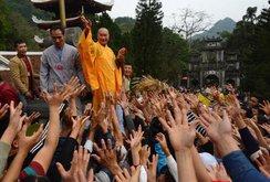 Vẫn diễn ra cảnh tranh cướp lộc tại lễ hội Gióng, chùa Hương